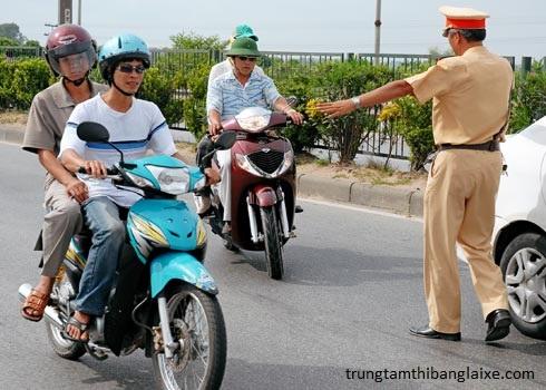cảnh sát giao thông yêu cầu dừng xe